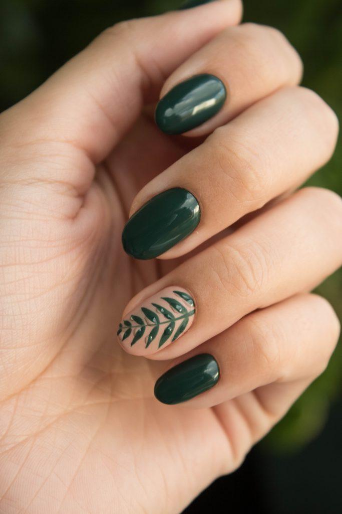 uñas esmalte verde con decoración floral