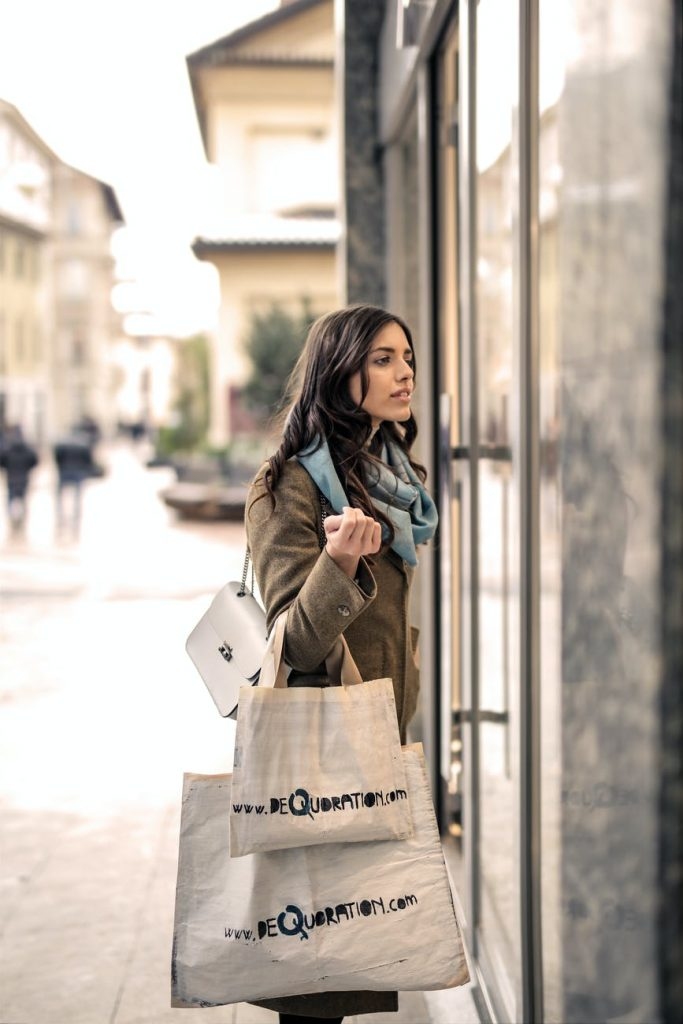 mujer comprando tienda verde militar online