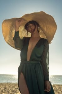 vestido verde con sombrero grande